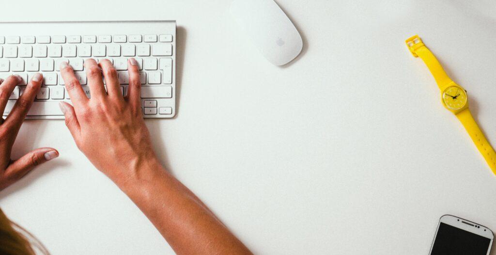 Touch-metoden innebærer å bruke alle fingrene når du skriver, noe som gjør at du skriver raskere.