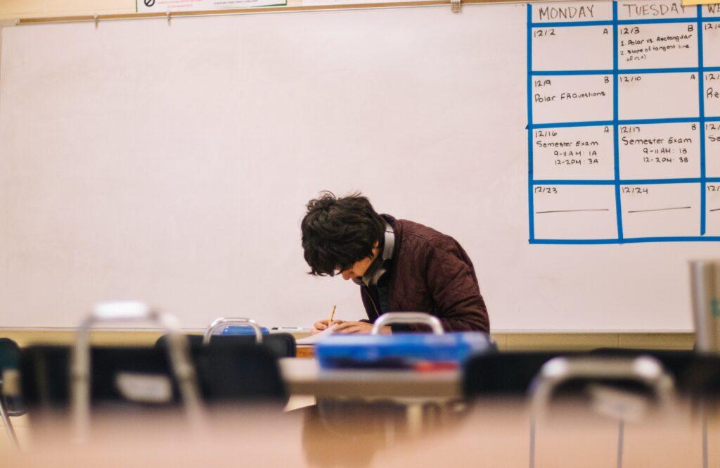 Mine beste eksamenstips er å lese oppgaven nøye, ta notater før du skriver, skrive mest mulig uten å være kritisk til deg selv,  lese gjennom det du har skrevet, forbedre når du er ferdig og bruke tiden til det fulle.